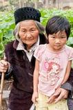 中国农村左在老人和子项之后 免版税库存照片