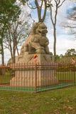 中国古典Buddah和石狮子在寺庙 免版税图库摄影