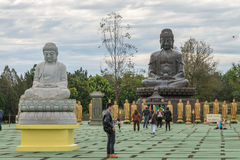 中国古典Buddah和石狮子在寺庙 免版税库存图片