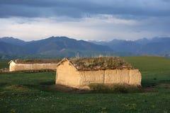 中国哈萨克人牧人泥房子 免版税库存图片