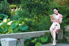 中国在上海水公园女服传统礼服 图库摄影