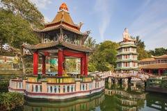 中国塔和亭子由湖 库存图片