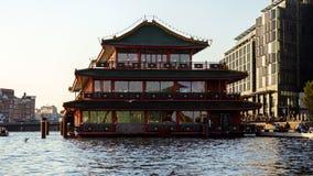 中国塔样式漂浮resaurant在阿姆斯特丹运河,2017年10月13日 免版税图库摄影