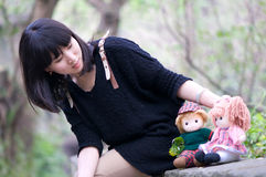 中国女孩和旧布婴孩 库存图片