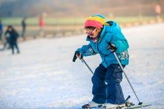 中国女孩实践滑雪 免版税库存图片