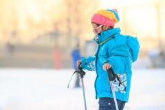 中国女孩实践滑雪 库存图片