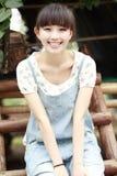 中国女孩室外微笑 免版税库存照片