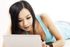 中国女孩膝上型计算机 免版税图库摄影