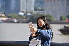 中国女孩采取selfie 免版税库存照片