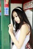 中国女孩头发长室外 免版税图库摄影