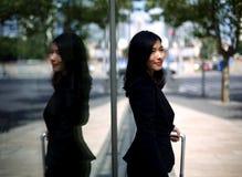 中国女实业家等待的出租汽车 免版税库存图片