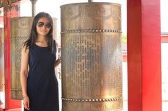 中国妇女和佛教地藏车 图库摄影