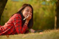 中国妇女在公园 免版税库存图片