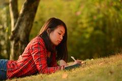 中国妇女在公园 免版税库存照片