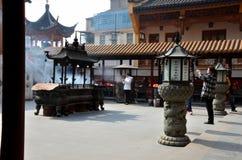 中国妇女在寺庙庭院上海中国祈祷 免版税库存照片