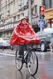 中国妇女在红色雨衣,上海,中国穿戴了 库存图片