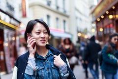 年轻中国妇女获得乐趣在拉丁区 库存照片
