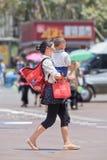 中国妇女身怀她的孩子,昆明,中国 库存图片