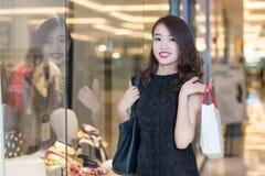 年轻中国妇女购物 库存照片