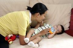 中国妈妈多种族儿子 免版税库存图片