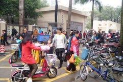 中国学生在他的方式家的中午从学校 免版税库存照片