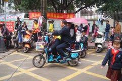 中国学生在他的方式家的中午从学校 库存照片