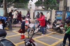 中国学生在他的方式家的中午从学校 免版税库存图片