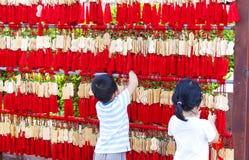 中国孩子垂悬在佛教寺庙的EMA 图库摄影