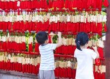 中国孩子垂悬在佛教寺庙的EMA 免版税库存图片