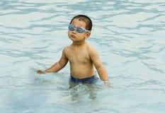 中国孩子游泳 免版税库存图片