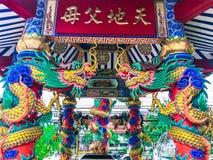 中国宗教亭子以在亭子旁边的一个龙雕象为特色并且有美好的自然 库存图片