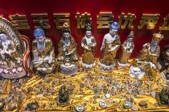 中国宗教小装饰品和雕象在显示在厦门下巴 免版税库存照片