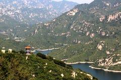 中国寺庙全景在青龙峡,北京小山的  免版税库存图片