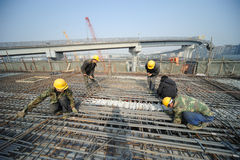 中国工作者修建高架桥 图库摄影