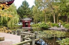 中国庭院少许池塘寺庙 免版税库存图片