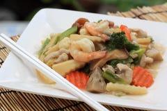 中国式混乱油煎了黄色面条用在小汤调味汁 免版税图库摄影