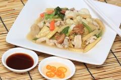 中国式混乱油煎了黄色面条用在小汤调味汁 库存照片