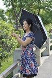 中国成熟妇女在公园 库存照片
