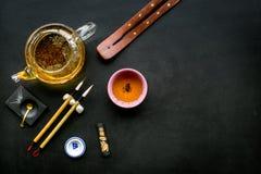 中国或日本传统 书法和茶道概念 特别书写笔、墨水在茶壶附近和杯子  库存照片