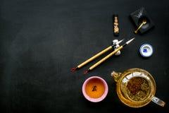 中国或日本传统 书法和茶道概念 特别书写笔、墨水在茶壶附近和杯子  免版税图库摄影