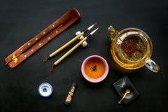 中国或日本传统 书法和茶道概念 特别书写笔、墨水在茶壶附近和杯子  库存图片