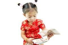中国新年好 用传统汉语的逗人喜爱的亚裔女孩 免版税图库摄影