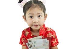 中国新年好 用传统汉语的逗人喜爱的亚裔女孩 免版税库存照片