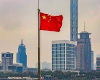 中国旗子和Contemporay大厦,上海,中国 图库摄影