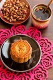 中国月饼用玫瑰色茶。 免版税图库摄影