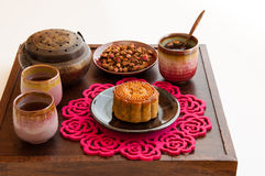 中国月饼用玫瑰色茶。 免版税库存图片