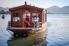 中国木休闲小船在西湖去 免版税库存照片
