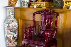 中国木椅子和花瓶 免版税库存图片