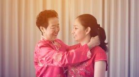 中国母亲给礼物女儿在新年 库存照片