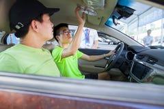 中国汽车的预期汽车买家烙记汽车在东莞汽车陈列 库存图片